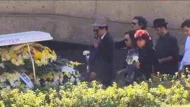 Corpo do artista plástico Ivald Granato é enterrado - O cortejo foi ao som de Bob Dylan. Granato tinha 66 anos e morreu dormindo, de parada cardíaca. Ele era desenhista, pintor e escultor.
