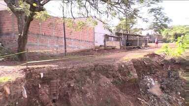 Defesa Civil interdita área ao redor de cratera no Jardim Santa Rita - A enorme erosão está localizada em um terreno particular.