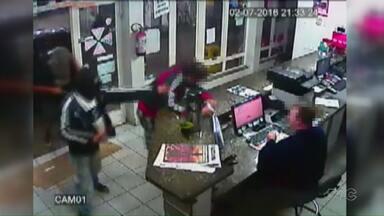 Câmeras registram assalto violento em União da Vitória - Os ladrões agrediram um cliente e o funcionário que estava no caixa. Até agora, ninguém foi preso.