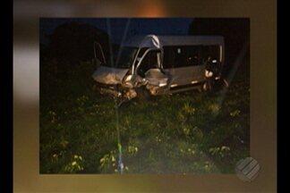 Acidente entre van e carro deixa um morto e dois feridos na rodovia PA-136 - Veículos colidiram de frente em uma curva no quilômetro 10 da rodovia, próximo ao município de Terra Alta, por volta das 20h da última segunda (4).