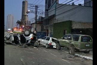 Carro capota nas ruas do no bairro do Reduto, em Belém, nesta terça-feira (5) - De acordo com a Polícia Militar, acidente aconteceu às 3h30. O motorista do veículo capotado se feriu e está hospitalizado.