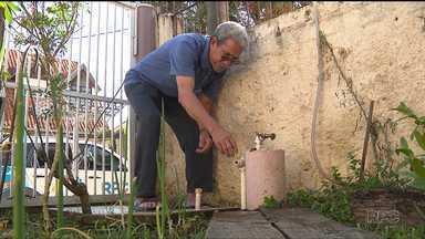 Casal de idosos está sem água há 1 semana - O casal diz que o relógio foi retirado da casa, depois de um confusão com a Sanepar