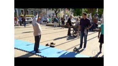 Moradores são desafiados a praticar ginástica artística em praça de Nova Friburgo, no RJ - Esporte e uma modalidade olímpica.