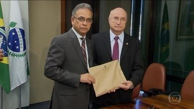 Parecer da Comissão de Constituição e Justiça sobre Cunha será conhecido nesta quarta (6) - O envelope com o documento de 69 páginas foi entregue em mãos, e vai ficar lacrado até a leitura e divulgação do teor na reunião da comissão. O relator, apontado como aliado de Cunha, não quis adiantar nada.