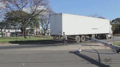 Caminhoneiro arrasta fiação e derruba três postes em Rio Claro, SP - Trânsito foi interditado e um imóvel ficou sem energia elétrica.