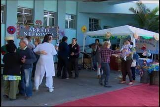 Hospital São João de Deus realiza '6º Arraiá Nefronina' em Divinópolis - Objetivo é trazer descontração e alegria aos pacientes. No local cerca de 300 pessoas fazem tratamento contínuo, de até 12 horas.