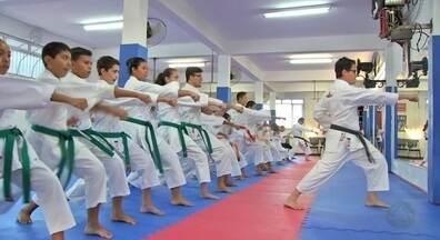 Karatecas de projeto social vão às ruas pedir doações para o Criança Esperança - Karatecas de projeto social vão às ruas pedir doações para o Criança Esperança