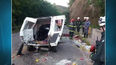 Jovem morre em acidente na MG-353 entre Juiz de Fora e Coronel Pacheco - Ultrapassagem em local proibido foi a causa do acidente, diz PMR.Pai da vítima dirigia o carro; os dois ficaram presos às ferragens.