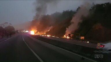 Sobe para seis o número de mortos no acidente com caminhão-tanque na BR-277 - Caminhão levava uma carga de etanol e tombou na pista, provocando um incêndio. O acidente aconteceu no domingo.