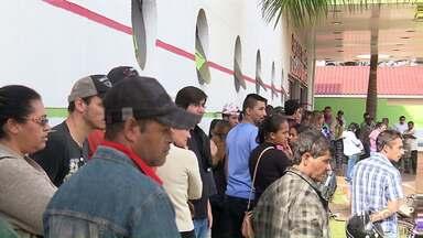 Moradores de Mandaguari enfrentam fila por emprego - Frigorífico abriu 250 vagas