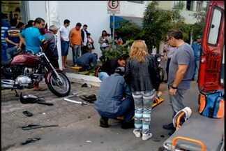 Acidente de trânsito deixa dois feridos em Divinópolis - Choque entre veículos ocorreu na Rua Pernambuco. Vítimas foram socorridas.