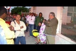 Pacientes dormem na fila para conseguir senhas de atendimento em hospitais de Campos, RJ - Secretaria de Saúde não informou se há previsão de aumento nas vagas.