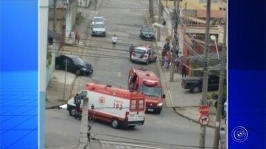 Ladrões batem carro roubado em moto e matam homem durante fuga em Sorocaba - Um motociclista de 37 anos morreu após ser atingido por um carro dirigido por dois criminosos na manhã desta quarta-feira (6), na Vila Progresso, em Sorocaba (SP). De acordo com a Polícia Militar, os ladrões roubaram o veículo na Rua Pedro Alvares Cabral e fugiram em alta velocidade até a Rua Nicolau Perrela, quando atingiram a vítima que ia para o trabalho.