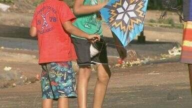 Entre carros e motos, crianças soltam pipa no meio da rua em Ribeirão Preto - Além do risco de acidentes, jovens também estão expostos a outro perigo: o uso de cerol.