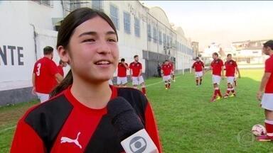 Conheça a história da garota chilena que quer ser jogadora de futebol - Maitê joga no time sub-17 de uma equipe da primeira divisão do futebol chileno.