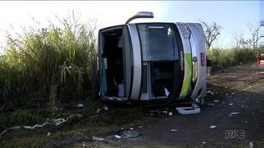 Motorista do ônibus que tombou na PR-445 em junho é indiciado por homicídio culposo - Três pessoas morreram no acidente. A Polícia também concluiu o inquérito do acidente que matou Eduardo Salmento, trabalhador que foi atropelado enquanto roçava o canteiro central de uma avenida de Londrina. O motorista do carro também foi indiciado por homicídio culposo.