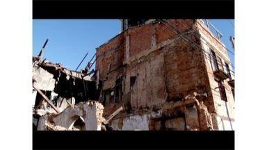 Prédio antigo em Campos, RJ, ameaça desabar e preocupa os moradores - Local foi incendiado em março deste ano.