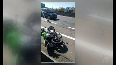 Motociclista morre após acidente na rodovia Anhanguera em Jundiaí - Um motociclista morreu na tarde desta quarta-feira (6) em um acidente na rodovia Anhanguera, em Jundiaí (SP). O acidente aconteceu no quilômetro 54, na altura da Vila Maringá. O motociclista acabou batendo na traseira de um caminhão e a moto ficou destruída.
