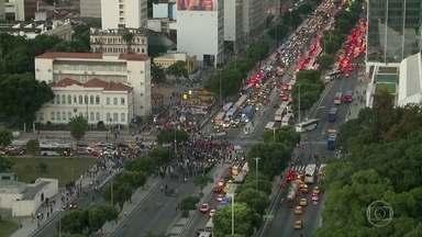 Servidores protestam no Centro do Rio - Manifestação interditou ruas e deixou o trânsito complicado.