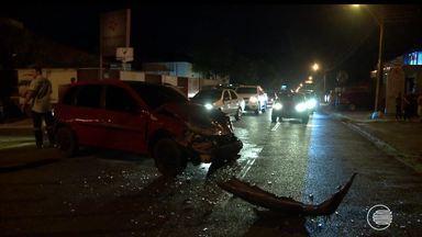 Carro capota duas vezes após colisão em grave acidente e deixa dois feridos - Carro capota duas vezes após colisão em grave acidente e deixa dois feridos