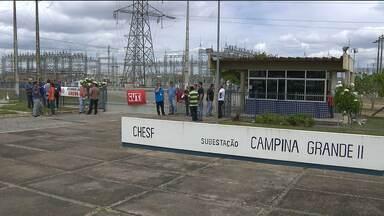 Trabalhadores da subestação da Chesf paralisam atividades em Campina Grande - Eles pedem aumento de salário e são contra a privatização da companhia.