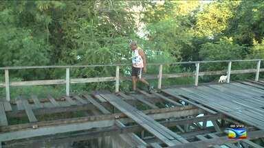Bom Dia Mirante flagra risco para pedestres em São Luís, MA - Bom Dia Mirante flagra risco para pedestres em uma ponte danificada no bairro da Areinha, em São Luís (MA). Eles precisam se equilibrar para não cair em um canal.