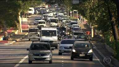 Falta de fiscalização favorece descumprimentos das leis de trânsito - No dia a dia, diversas leis são descumpridas, principalmente quando o motorista acha que não está sendo fiscalizado, como a mudança de faixa sem seta.