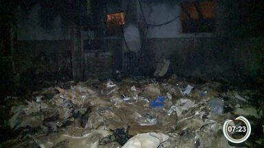 Galpão fica destruído após incêndio em Atibaia - Foram quase duas horas para controlar chamas.