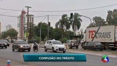Semob retiralombada eletrônica que causou tumulto em Cuiabá - Semob retiralombada eletrônica que causou tumulto no trânsito perto da rodoviária de Cuiabá.