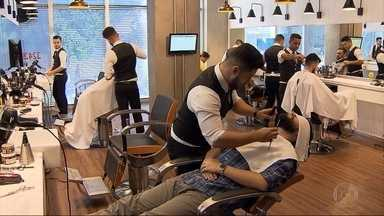 Barbearias antigas e modernas cativam freguesia masculina cada vez mais vaidosa - Algumas apostam em inovações, já outras mantêm o estilo bem tradicional. Mercado da beleza para este público está em crescimento.