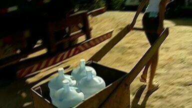 Famílias recebem água de caminhões pipa em Colatina, Noroeste do ES - O abastecimento da região mudou nesta semana.