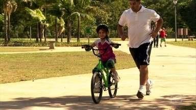 Pais contratam instrutor para ajudar os filhos a andar de bike - Combinar um passeio no parque, com sol e uma bicicleta é uma boa opção para as férias. Depois que aprende fica fácil, mas até lá os pequenos enfrentram uns tombos no meio do caminho.