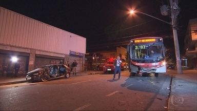 Acidente entre ônibus e carro deixa feridos na Região do Barreiro, em BH - Testemunhas contaram que carro não respeitou a placa de parada obrigatória.