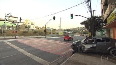 Carro desgovernado invade serralheria em Belo Horizonte - Acidente foi na Avenida Antônio Carlos, na Região Nordeste.