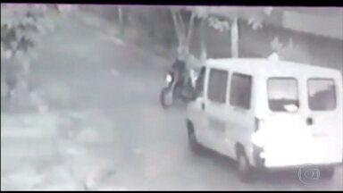 Vans escolares são alvo de assaltantes em Belo Horizonte - Os bandidos agem pela manhã, bem cedo, quando os motoristas vão buscar as crianças e as ruas estão praticamente desertas. Eles roubam celulares e tablets
