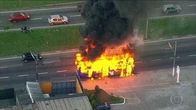 Ônibus pega fogo na Marginal Tietê - O ônibus cheio de passageiros pegou fogo no meio da via. O motorista não conseguiu apagar as chamas que vinham do motor e todos tiveram que correr. Ninguém ficou ferido.