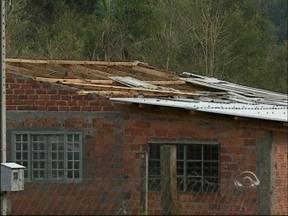 Temporal causa estragos no interior de Tapejara, RS - Mais de 300 residencias ficaram sem luz