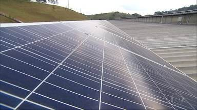 Fábrica em Alvinópolis é o maior sistema privado de geração de energia solar fotovoltaica - Reportagem viajou para conhecer a indústria na Região Central de Minas.