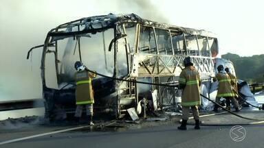 Ônibus de excursão de idosos pega fogo na Via Dutra, em Resende, RJ - Incêndio aconteceu no km 306, no sentido Rio de Janeiro, quando veículo seguia para Rio após passeio em São Lourenço (MG).