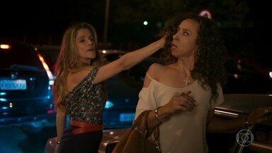 Marlene briga com Celma dentro do carro - Enquanto discutem, Marlene ouve o locutor da rádio dando o resultado