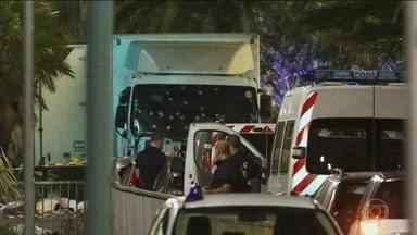 Terroristas atacam o calçadão de Nice, um dos grandes símbolos da França - Um novo massacre volta a deixar a França em pânico. Pelo menos 77 pessoas morreram e mais de cem ficaram feridas quando um caminhão avançou contra uma multidão reunida para as comemorações pela Queda da Bastilha na orla da cidade de Nice.