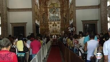 Fim de semana será de devoção à padroeira do Recife - Dia de Nossa Senhora do Carmo é celebrado no sábado (16). Missas na Basílica do Carmo, no Centro da cidade, começaram logo cedo.