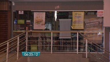 Dupla assalta funcionários e clientes de lanchonete em Campo Grande - Eles levaram dinheiro do caixa e celulares das vítimas.
