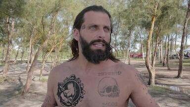 """Henri Castelli começa a dar vida à Ralf Tattoo e defende personagem: """"Não é galinha"""" - Ator viverá um tatuador com fama de mulherengo em 'Sol Nascente'"""