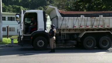 Excesso de peso em caminhões gera multas na BR-101, na Costa Verde do Rio - Foram mais de R$ 12 mil em multas aplicadas em um mês na Rodovia Rio-Santos.