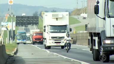 PRF do Sul do RJ divulga balanço de lei que obriga motorista usar farol baixo nas rodovia - Em uma semana, 133 motoristas foram multados no trecho da Via Dutra que corta a região.