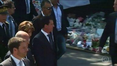 Primeiro ministro francês é vaiado em cerimônia de homenagem às vítimas em Nice - Milhares se reuniram no Promenade des Anglais para lembrar das 84 pessoas que morreram atropeladas por um caminhão no feriado de 14 de julho. O primeiro ministro Manuel Valls foi vaiado por parte do público, durante discurso.