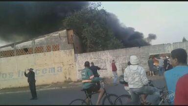 Iracemápolis registra incêndio em terreno onde são guardados produtos recicláveis - A fumaça escura chamou a atenção dos moradores do município.