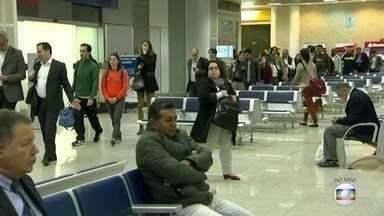 Terça-feira (19) amanhece com filas no Aeroporto Santos Dumont - As regras de innspeção dos voos domésticos são, agora, as mesmas dos voos internacionais, o que faz como que a vistoria demore mais.