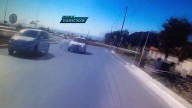 Carro entra na contramão e quase atropela motociclista do DF - Motociclista seguia na Estrutural com câmera no capacete, quando foi surpreendido por motorista ultrapassando seguindo na contramão.